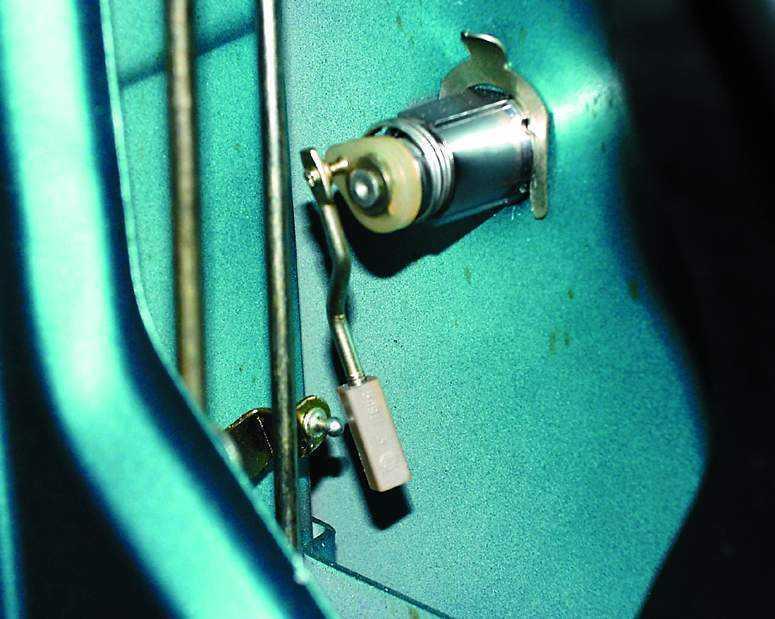 Установить личинку замка двери
